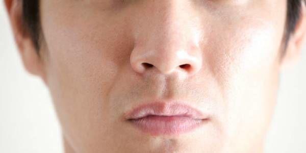 鼻毛脱毛は危険?「抜くor切る」医師が教える正しい鼻毛処理
