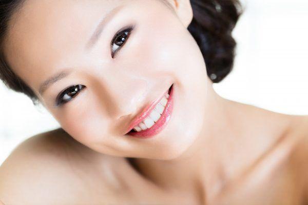 大人女子は至近距離に注意?印象が変わる「顔の産毛」処理法